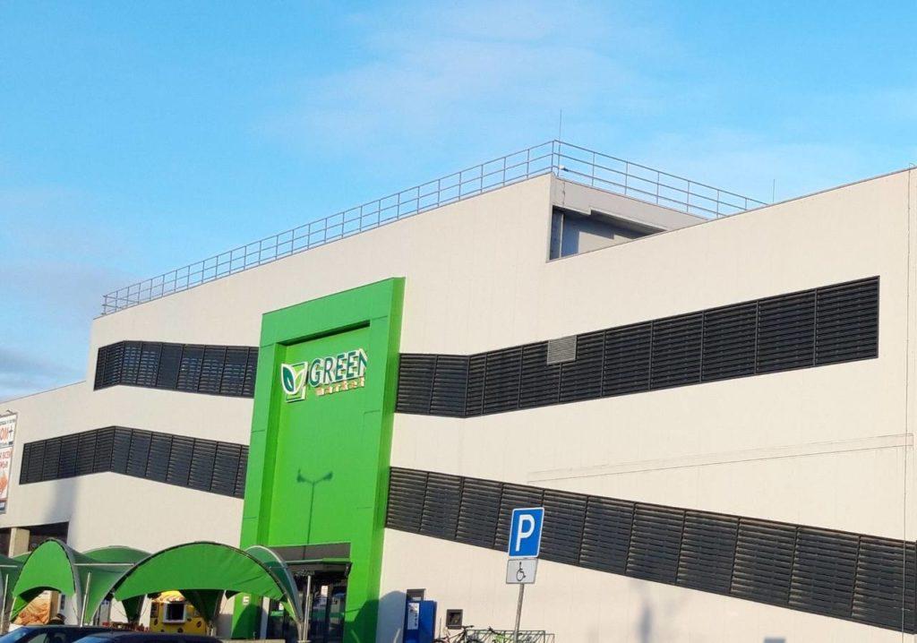 Вентилируемый фасад из стальных кассет и декоративных элементов. Г. Калининград, ул. Челнокова, супермаркет